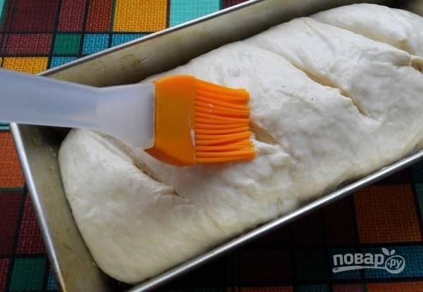 5. Перед выпечкой сделайте надрезы острым ножом и при желании смажьте верх молоком. Отправьте в разогретую до 180 градусов духовку.