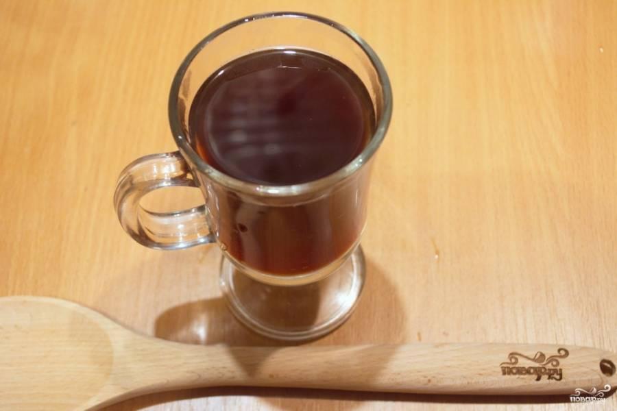 Разлейте напиток по чашкам, предварительно процедив его. В каждую чашку с напитком опустите кусочек апельсина.