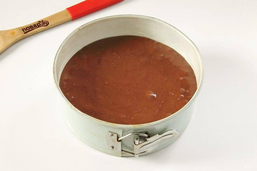Перелейте тесто в смазанную маслом форму. Выпекайте при 190 градусах около 40 минут.