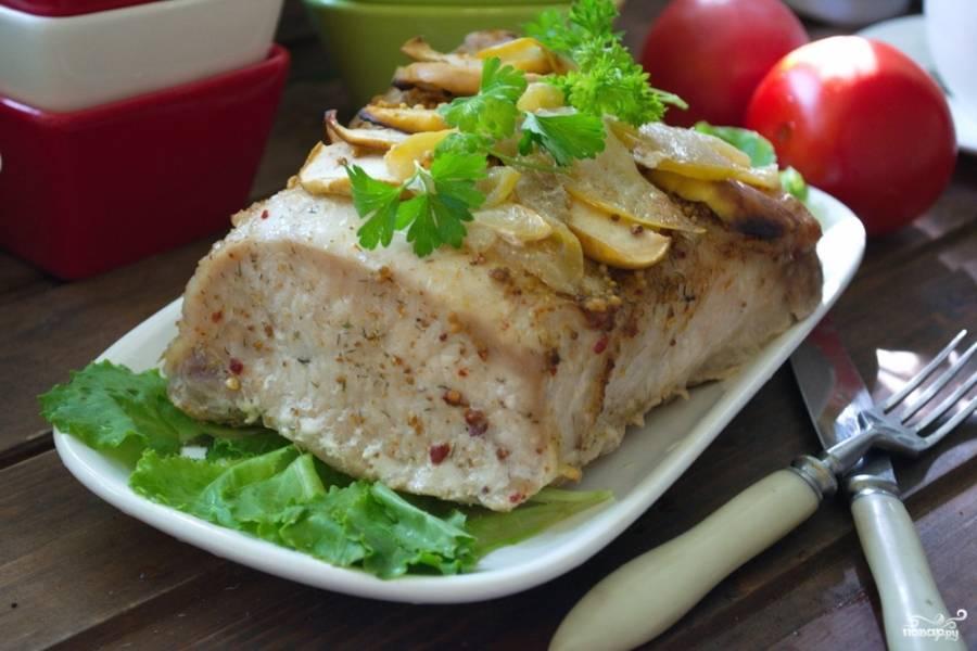 Подайте мясо к столу слегка остывшим. Нежнейшее мясо, ароматное и в меру пряное подано к вашему столу.