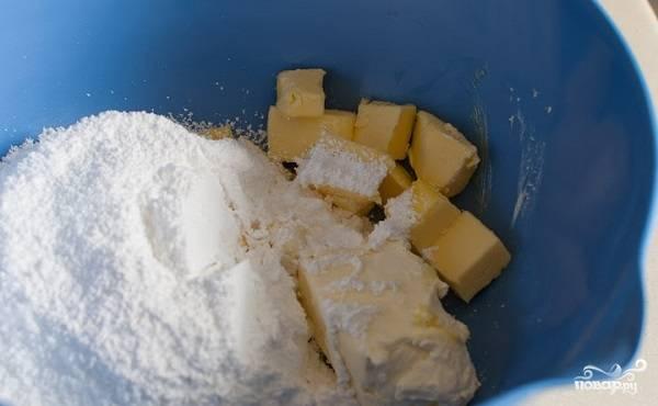 9. Параллельно можно заняться кремом. Размягченное сливочное масло соедините с крем-сыром и сахарной пудрой. Взбейте в пышную массу.