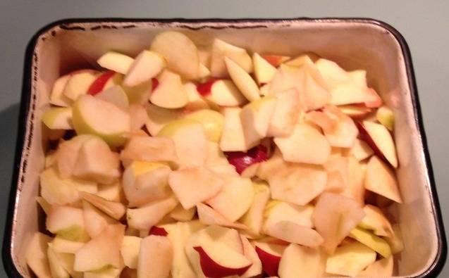 Яблоки режем маленькими дольками, сердцевину с косточками удаляем, шкуру не снимаем.