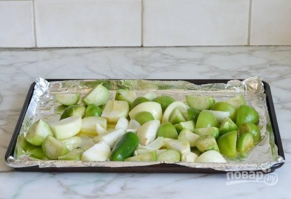 1. Сначала нарежьте большими дольками помидоры, лук и перец. Выложите овощи на противень.