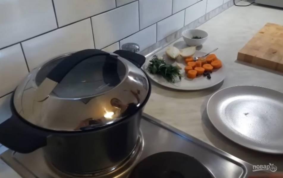2. Слейте воду, в которой варилась говядина. В чистую воду выложите мясо, доведите до кипения (под крышкой).