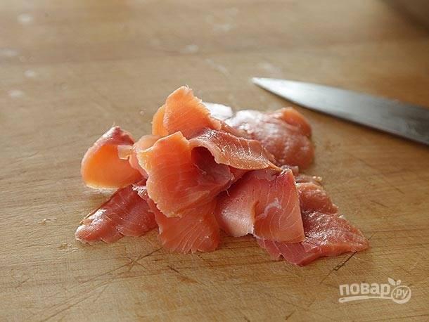 3. Нарежьте копченый лосось мелкими слайсами.