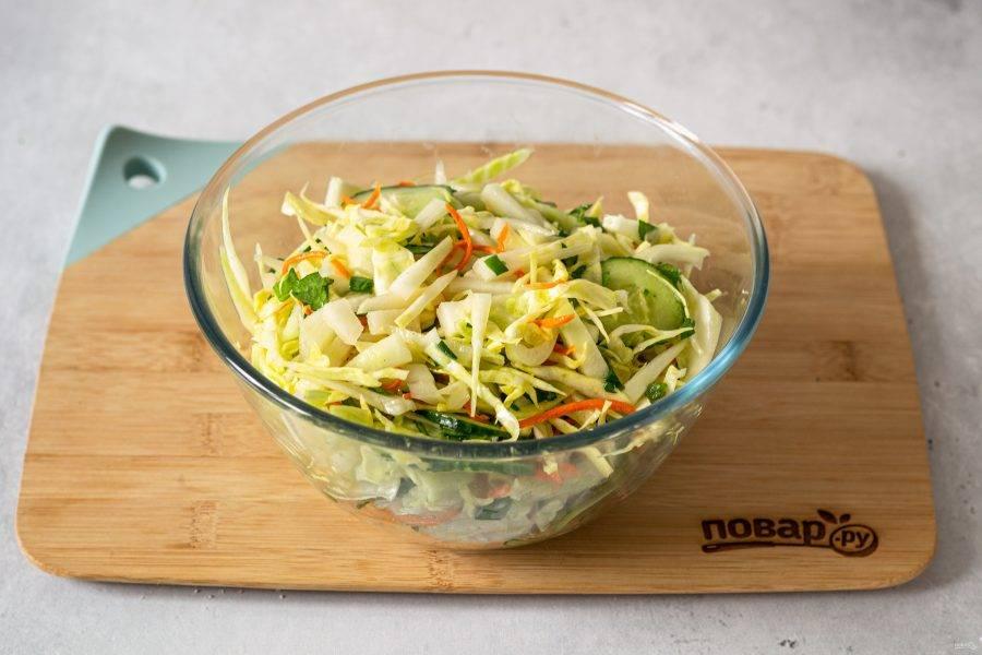 Соедините все ингредиенты в глубокой миске, добавьте мелко порубленную зелень и тонко натертую морковь. Влейте заправку и перемешайте.