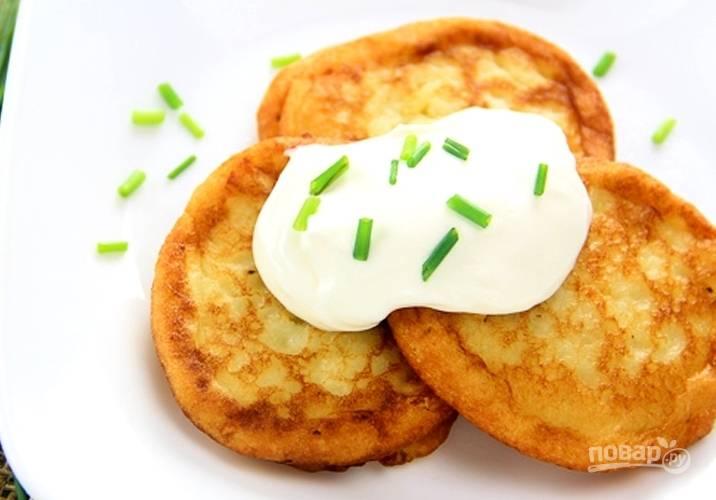 """6. Вкуснее всего картофельные оладьи из пюре смакуют со сметаной. При желании можно в """"тесто"""" добавить зелень."""