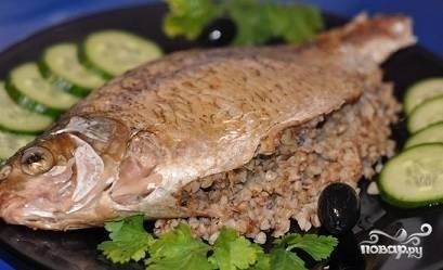6. Противень с рыбкой отправляю в духовку и оставляю запекаться примерно на 1 час. Время запекания очень зависит от размера рыбы. После того, как рыба дойдёт до полной готовности, её стоит сразу же подавать к столу.