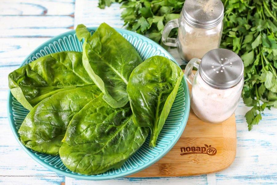 Разберите пучок шпината, срежьте стебли и промойте каждый лист зелени в воде, затем промокните бумажными салфетками. Выложите основу из зелени на тарелку.