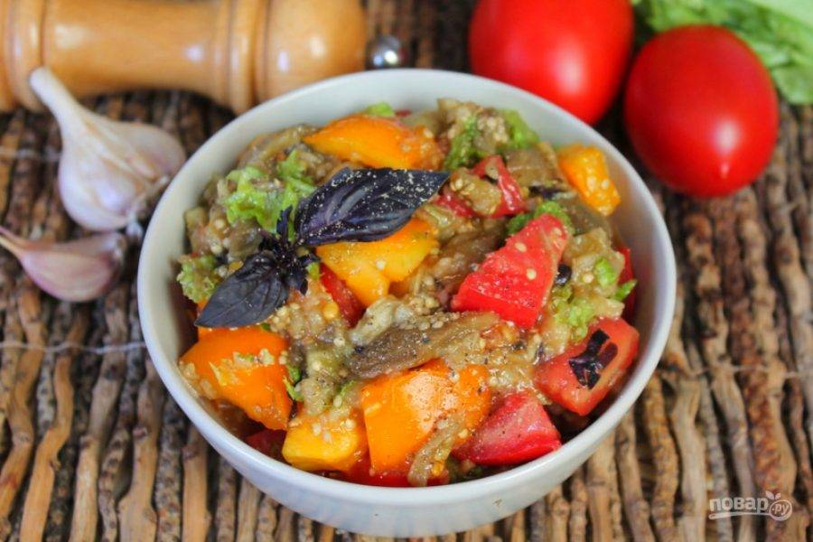 Готовый салат посыпаем молотым перцем и подаем к столу. Приятного аппетита!