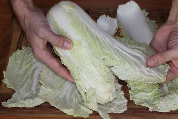 1. Первым делом необходимо поставить варить в подсоленной воде рис, не доводя его до готовности. Тем временем можно заняться капустой. Аккуратно отделить листочки, стараясь их не повредить.