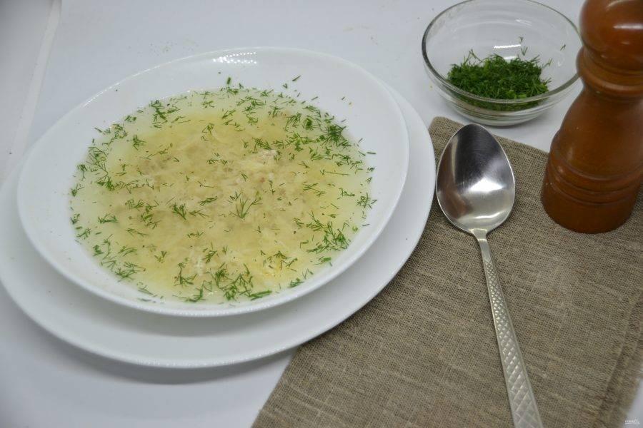 Подавайте куриный суп с добавлением измельченной зелени укропа или петрушки. При желании можно поперчить. Вкусный куриный суп позволит вам легко избегать чувства голода и при этом не набрать лишних килограммов. Худейте вкусно!
