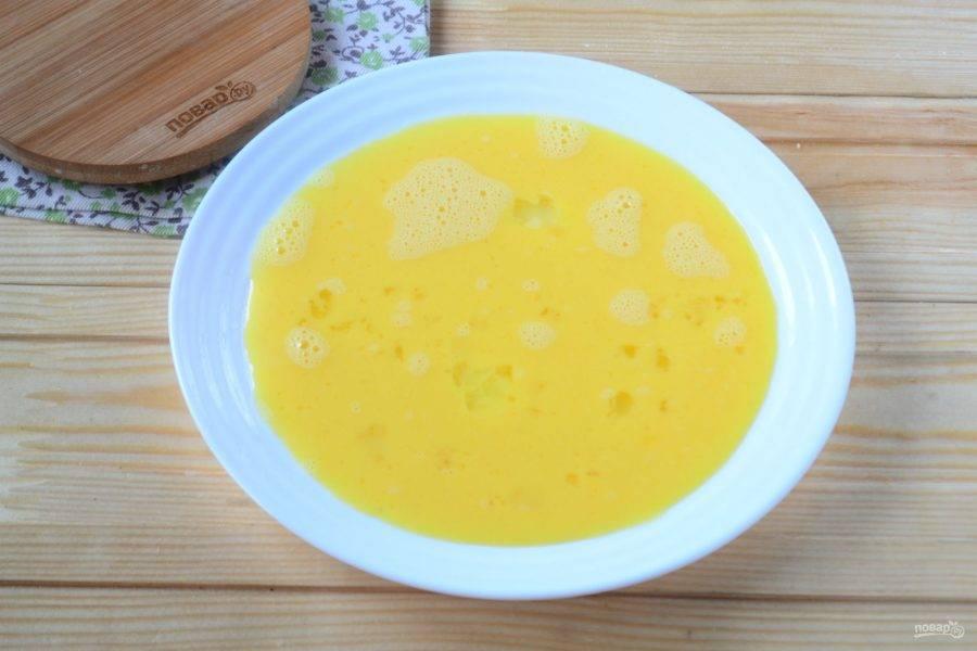 Перелейте яичную массу на плоскую тарелку.