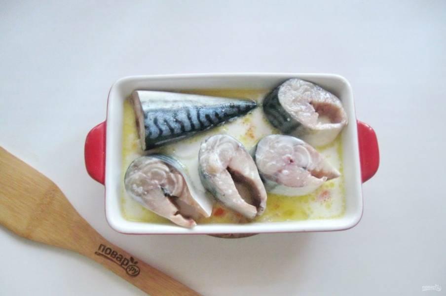 Залейте молоком рыбу с морковью и луком. Накройте фольгой и отправьте в духовку разогретую до 180 градусов.