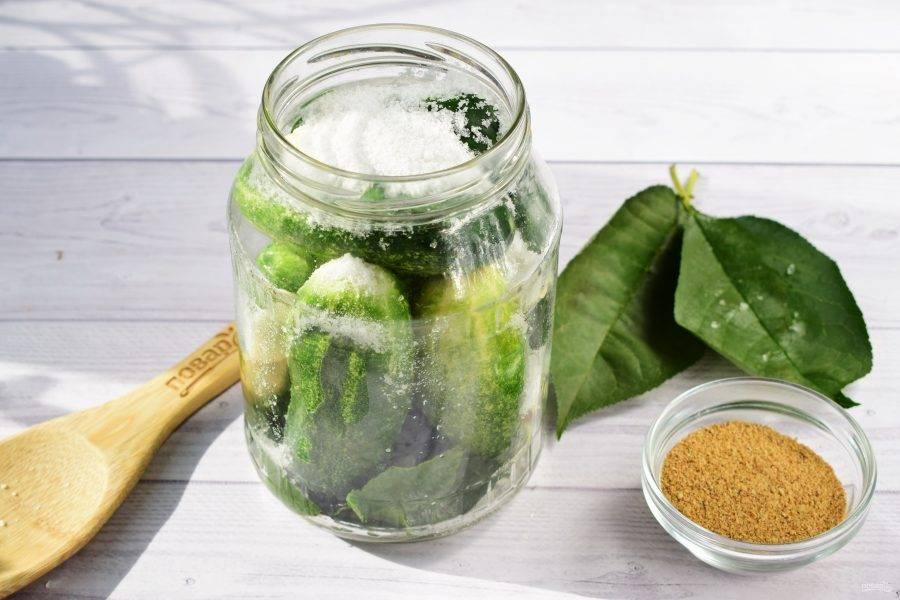 3.В банки заложите зелень, чеснок, огурцы. В каждую банку насыпьте по 1 ст. ложки соли. Залейте крутым кипятком, накройте крышками и поставьте бродить на 3 дня.
