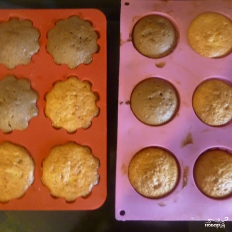 Теперь мы берем формочки для кексов и смазываем их сливочным маслом. Разливаем нашу массу, в некоторые из них я добавила изюм, можно орешки кто что любит :) Затем ставим в духовку на 180 градусов, на 30-40 минут, и готово!