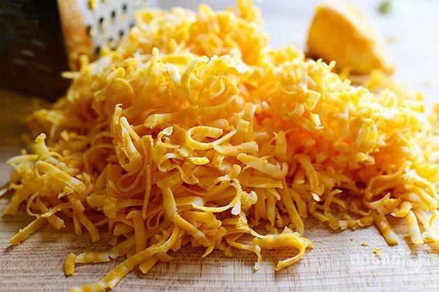 4. Натрите твердый сыр на мелкой терке.