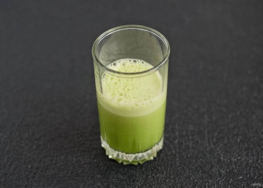 Измельчите ингредиенты в соковыжималке. Добавьте в сок сироп топинамбура и хорошо перемешайте.