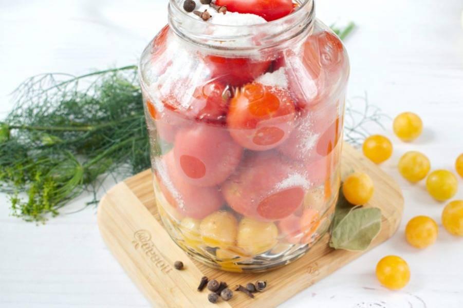 """На дно стерилизованной банки заложите укроп, алычу, душистый перец, лавровый лист и гвоздику. Плотные помидоры (сорт """"Сливки"""") уложите в банку  до самого верха,  перекладывая луком, морковью и болгарским перцем. Добавьте соль, сахар. Залейте холодной питьевой водой."""