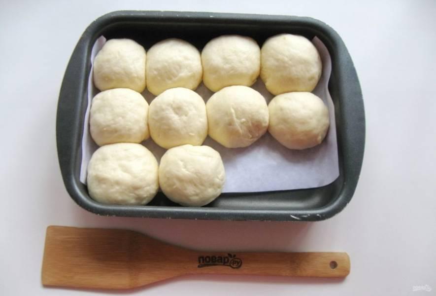 Выложите пирожки в форму для выпекания швом вниз и дайте им постоять при комнатной температуре 25-30 минут.