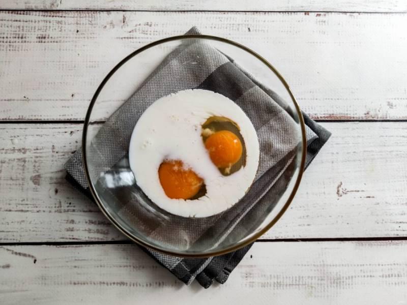 В тарелку вбейте яйца, вылейте молоко, добавьте соль, специи и хорошо взбейте.