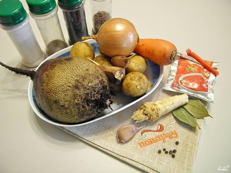Приготовьте продукты для свекольника. Используйте любимые специи и коренья.