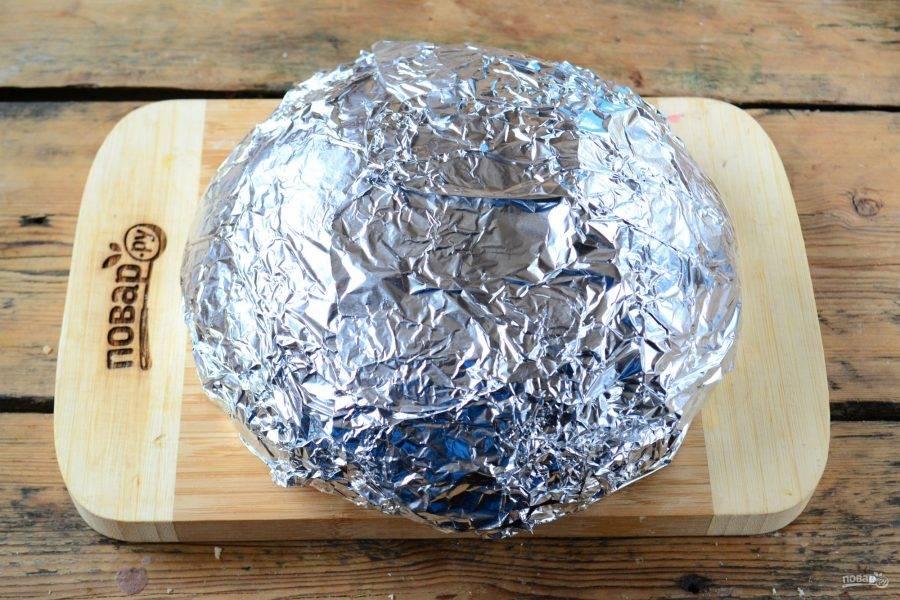 Заверните буханку в фольгу и отправьте на 20-30 минут в духовку, разогретую до 180 градусов.