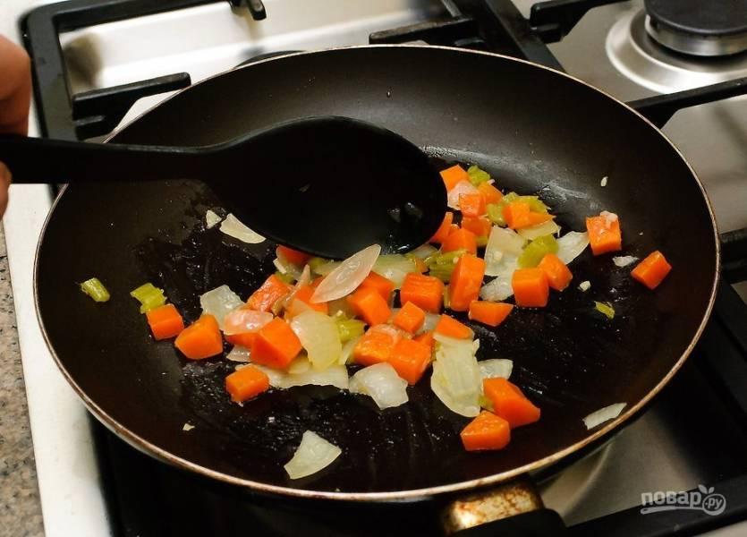 Обжарьте морковь и лук до слегка золотистого цвета.