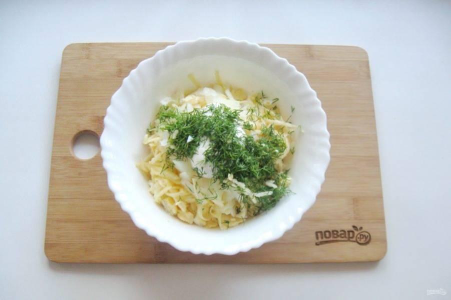 8. Укроп мелко нарежьте, выложите в салатник.