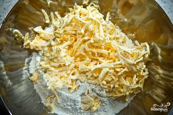 2. Натрите на терке холодное масло. Не рекомендую использовать маргарин, чтобы не перебить нежный вкус готового десерта.