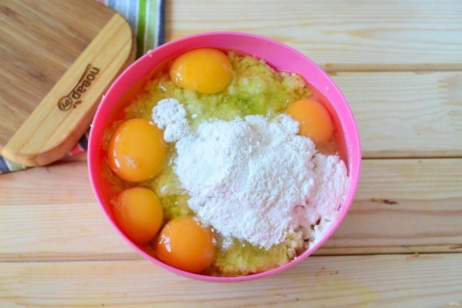 Добавьте к измельченным кабачкам яйца, муку, соль по вкусу. Можно также добавить любимые специи, перец, но я добавляю лишь пропущенный через пресс чеснок. Вкус получается очень лаконичным, но в то же время ярко выраженным.