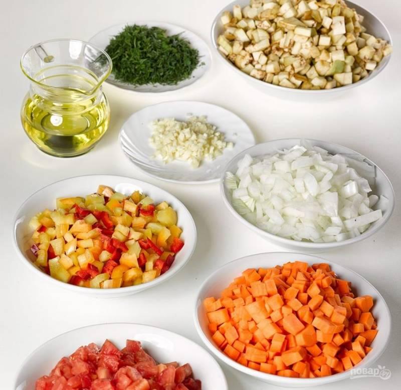 2. Нарезаем все овощи кубиками и теперь будем их обжаривать прямо в кастрюле (можно в глубокой сковороде).