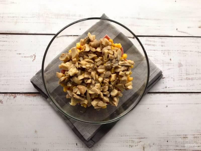 Маринованные грибы мелко нарежьте.