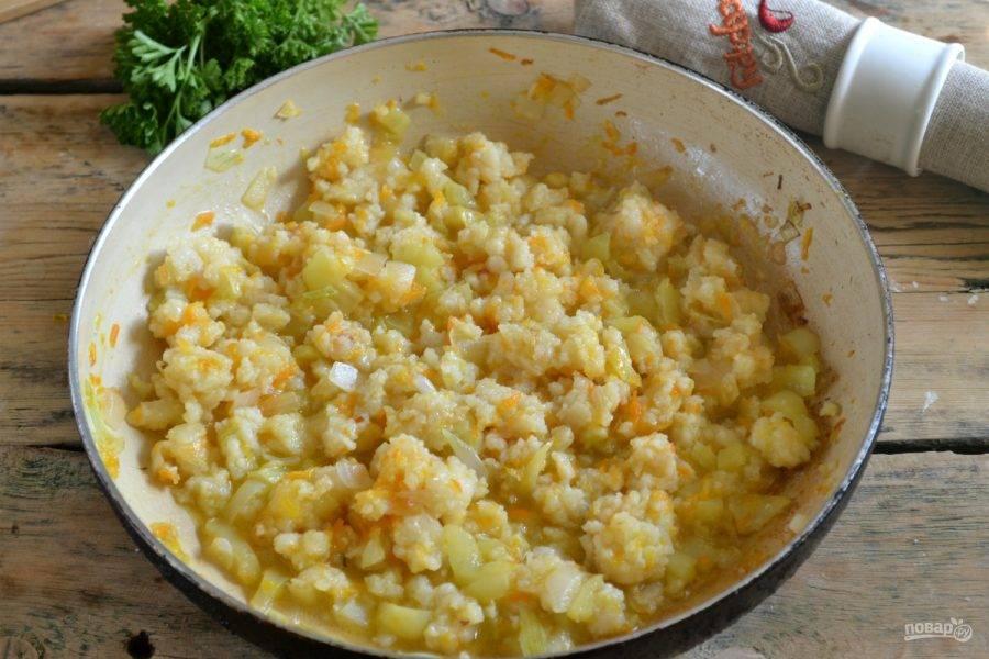 4.Поставьте на огонь сковороду с подсолнечным маслом и хорошенько разогрейте. Сначала поджарьте лук до прозрачности, потом добавьте перец и морковь и подержите на огне 3-5 минут. В конце добавьте перемолотое филе и посолите. Протушите овощи с фаршем несколько минут. Начинка для пирога готова.