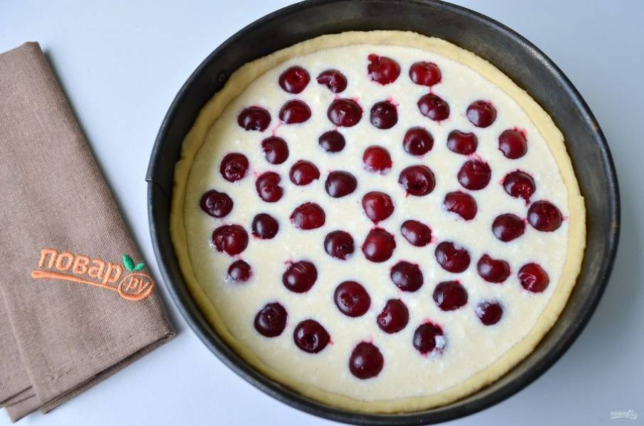 7. Распределите вишенки, поставьте тарт в духовку на 45 минут до образования золотистой корочки.