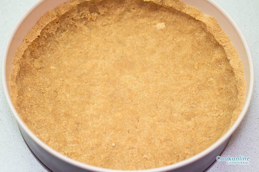 3. Добавить около 75 грамм сахара, а также просеянную с разрыхлителем муку. Все тщательно перемешать и выложить в форму, сформировав высокие бортики.