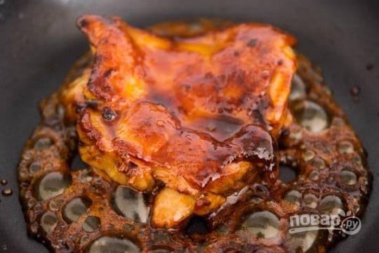 6.Когда большая часть жидкости испарилась, соус стал густой и курица покрыта им со всех сторон, переложите мясо в тарелку.