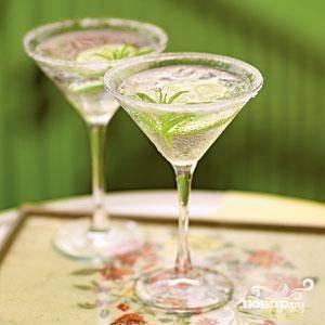Лед высыпьте в шейкер, влейте туда сок и джин, активно встряхните и перелейте напиток в готовый бокал. Теперь пора украсить напиток мятой, вербеной и цедрой и подавать его на стол!