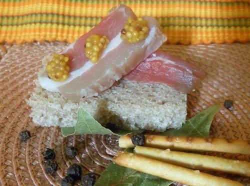 4. Получается сало вкусным, сочным и ароматным. Если его тоненько нарезать, то можно сделать канапе или просто употреблять в прикус с борщом или как самостоятельный деликатес.