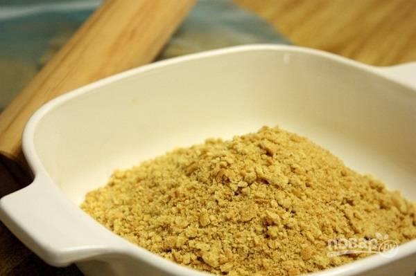 2. В крошку добавьте корицу, при необходимости можно добавить сахар.