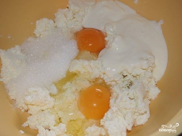 2. В отдельной мисочке соедините творог со сметаной и сахаром. Вбейте яйца и все перемешайте.