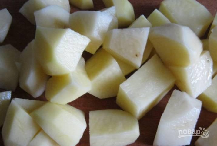 Картофель чистим, моем и режем кубиками.