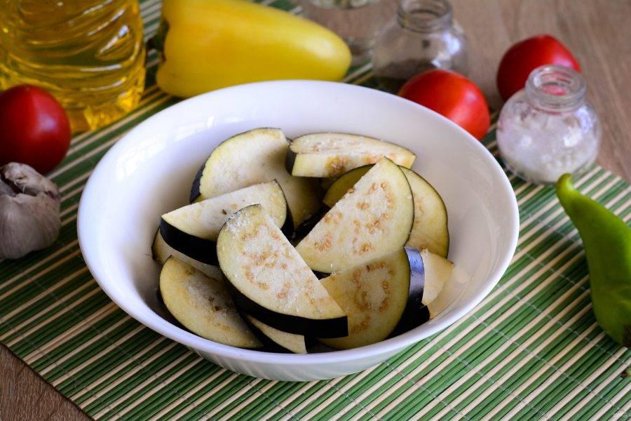 Присыпьте баклажаны солью и оставьте в миске на 30 минут, чтобы вышел горький сок.