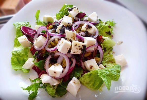 Моцареллу нарежьте кубиками и выложите в салат. Приготовьте заправку из оливкового масла, бальзамического уксуса, соли, перца и мелко нарубленных листьев базилика. Заправьте смесью салат и подавайте к столу.