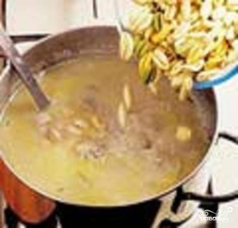 7.Добавить в суп пасту и варить до ее готовности.