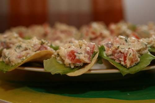 Получившуюся смесь можно выкладывать с листочками салата сразу на чипсы. Такая закуска не предусматривает хранения вообще, поэтому сразу подавайте её гостям. Готово!