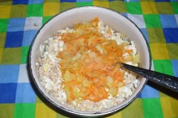 3. Смешиваем яйца с обжаркой, после чего добавляем рыбную консерву. Я обычно беру горбушу в собственном соку или сардину с добавлением масла. Рыбу нужно помять вилкой и удалить видимые кости. Смешиваем рыбу с яйцами и обжаркой - теперь начинка готова.