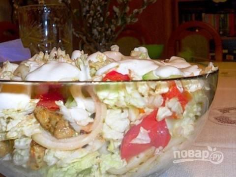 Добавляем майонез с чесноком в салат, перемешиваем его и подаем на стол.