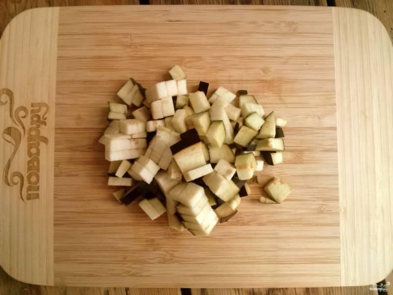 Подготовьте все необходимые овощи. Вымойте и порежьте баклажан на кубики. Также поступите с кабачками, картофелем и луком. Морковь лучше потереть на крупной терке.