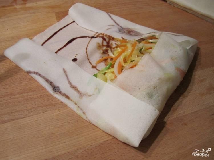 Сверните лепешку конвертом и заверните, словно фаршированный блинчик.